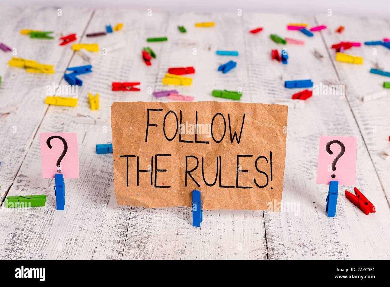 Il segno di testo che mostra seguire le regole. La foto concettuale va con i regolamenti che regolano la condotta o la procedura scribbled e sbriciolando Foto Stock