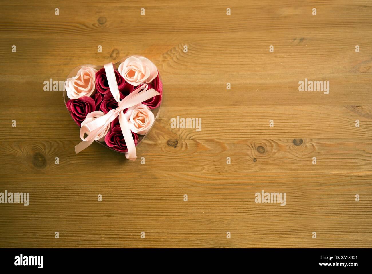 Vista Dall Alto Dei Fiori In Una Scatola Di Cuore Su Un Tavolo Di Legno Scatola Di Cuore Con Rose Petali Di Rosa In Scatola A Forma Di Cuore Su Tavolo Di Legno