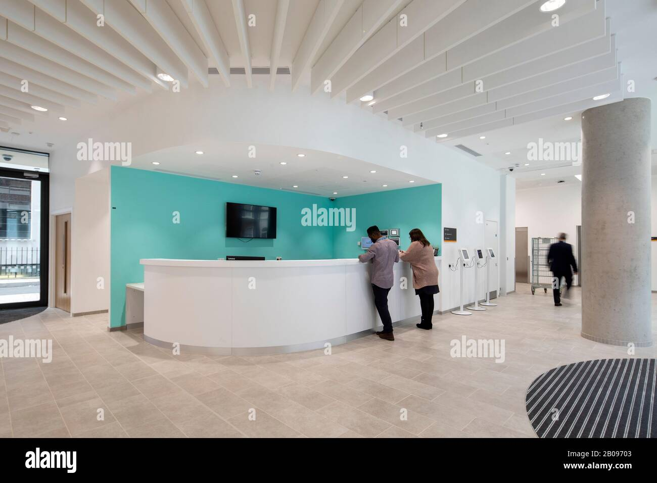 Vista interna della reception. Uclh Eye Hospital, Londra, Regno Unito. Architetto: Pilbrow e partner, 2019. Foto Stock