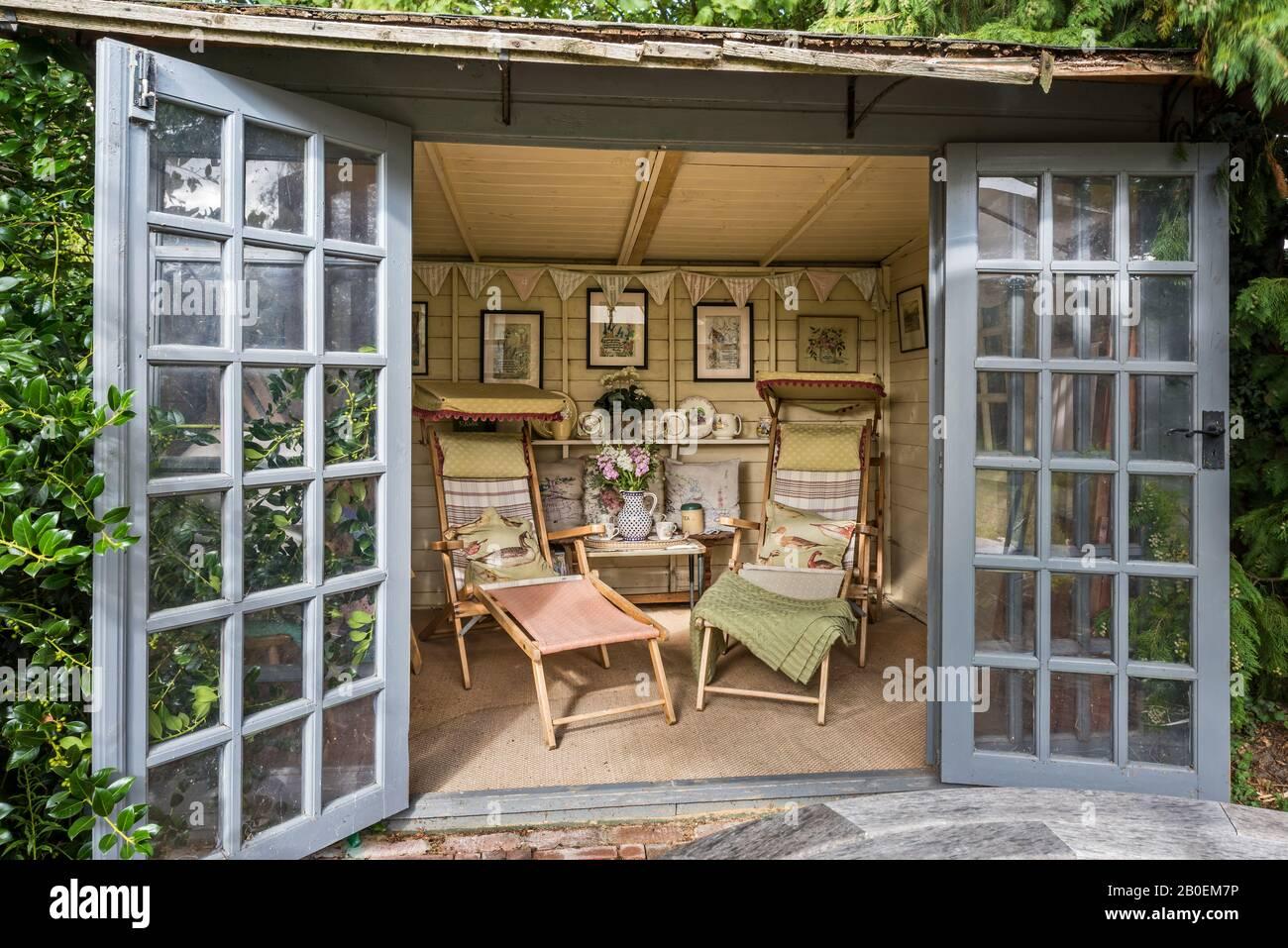 Sedie d'epoca rivestite in tessuto resti con una collezione di 1950s ricamati quadri. Foto Stock