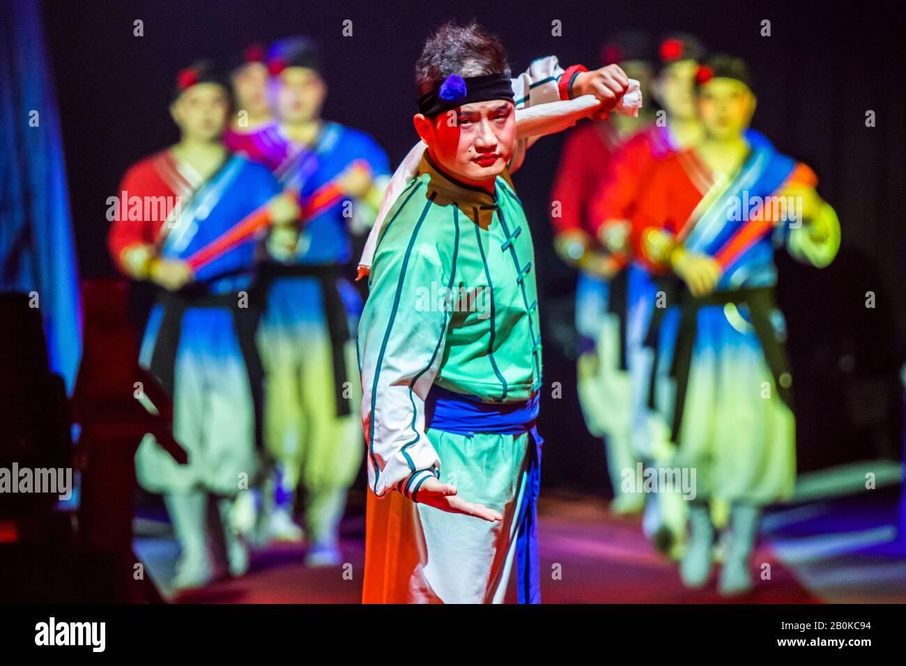 Girona, SPAGNA - 18 FEBBRAIO: La Troupe acrobatica Anhui della Cina si esibisce durante il Festival Internazionale del Circo Elefant d'Or al Parc de la Devesa a febbraio Foto Stock