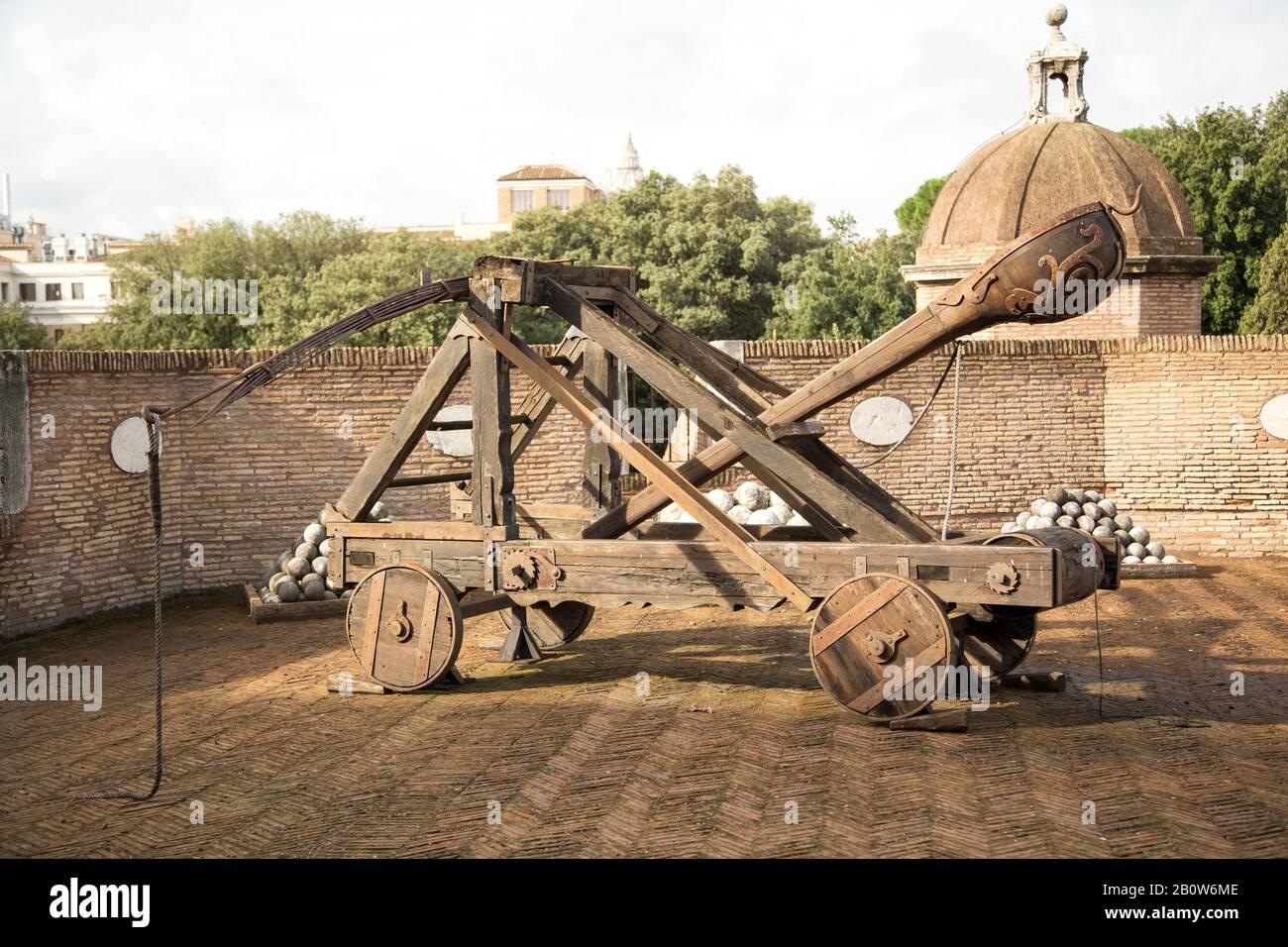 Catapulta storica sulle stalle di un Castello, immagine orizzontale Foto Stock