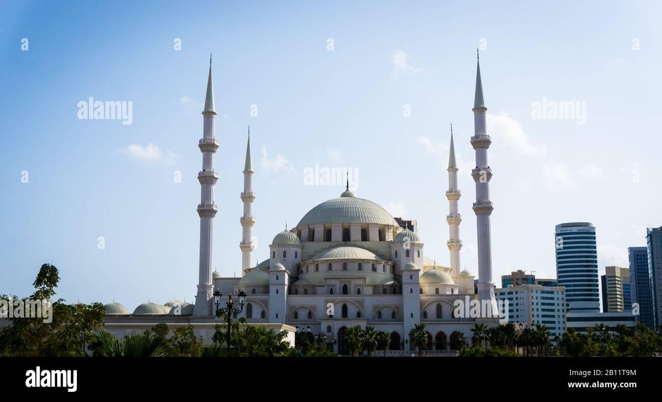 Vista frontale della Moschea Sheikh Zayed a Fujairah, Emirati Arabi Uniti Foto Stock