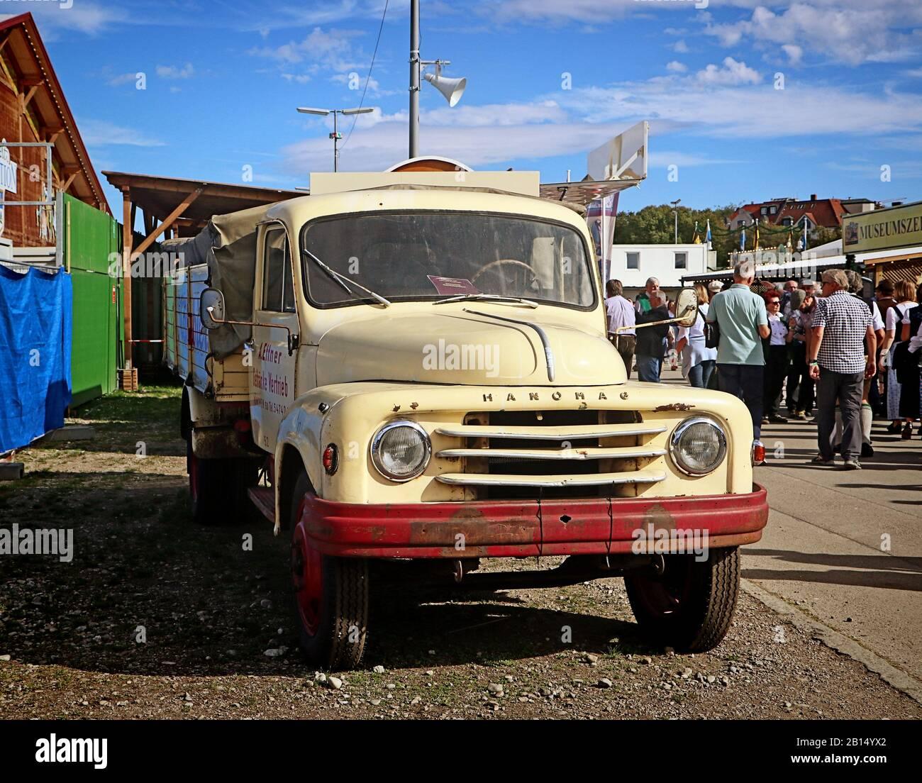 Monaco di Baviera, GERMANIA - 1 OTTOBRE 2019 veicolo industriale vintage Hanomag in mostra nella parte storica dell'Oide Wiesn dell'Oktoberfest di Monaco, una famiglia e un bambino- Foto Stock