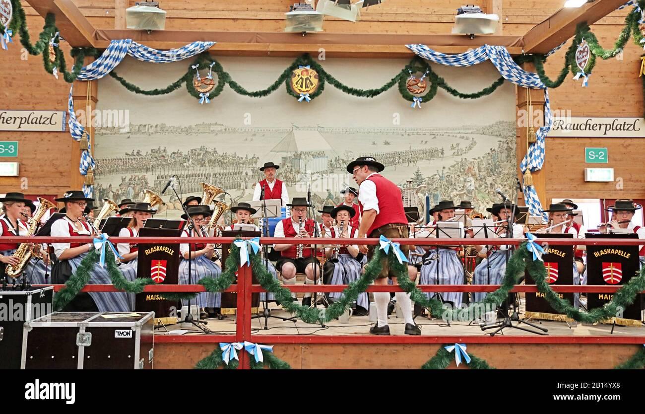 Monaco di Baviera, GERMANIA - 1 OTTOBRE 2019 banda di Ottone suonando musica tradizionale in costume bavarese in una tenda della birra di Oide Wiesn parte storica dell'Oktober Foto Stock