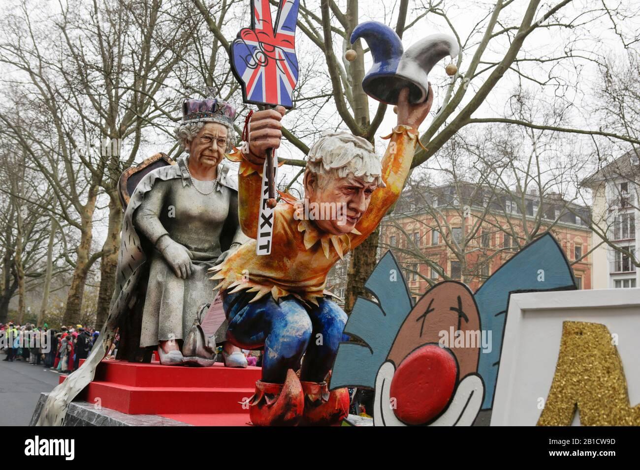 Magonza, Germania. 24th febbraio 2020. Il primo ministro britannico Boris Johnson e la regina Elisabetta II sono raffigurati su un galleggiante nella sfilata del lunedì delle Rose di Mainz. Boris Johnson indossa il vestito di un jester e detiene un segno Brexit, mostrando al tempo stesso il suo fondo nudo alla Regina. Circa mezzo milione di persone hanno fiancheggiato le strade di Magonza per la tradizionale sfilata del Carnevale di Rose Monday. La lunga sfilata di 9 km con oltre 9.000 partecipanti è una delle tre grandi Sfilate del lunedì delle Rose in Germania. Foto Stock