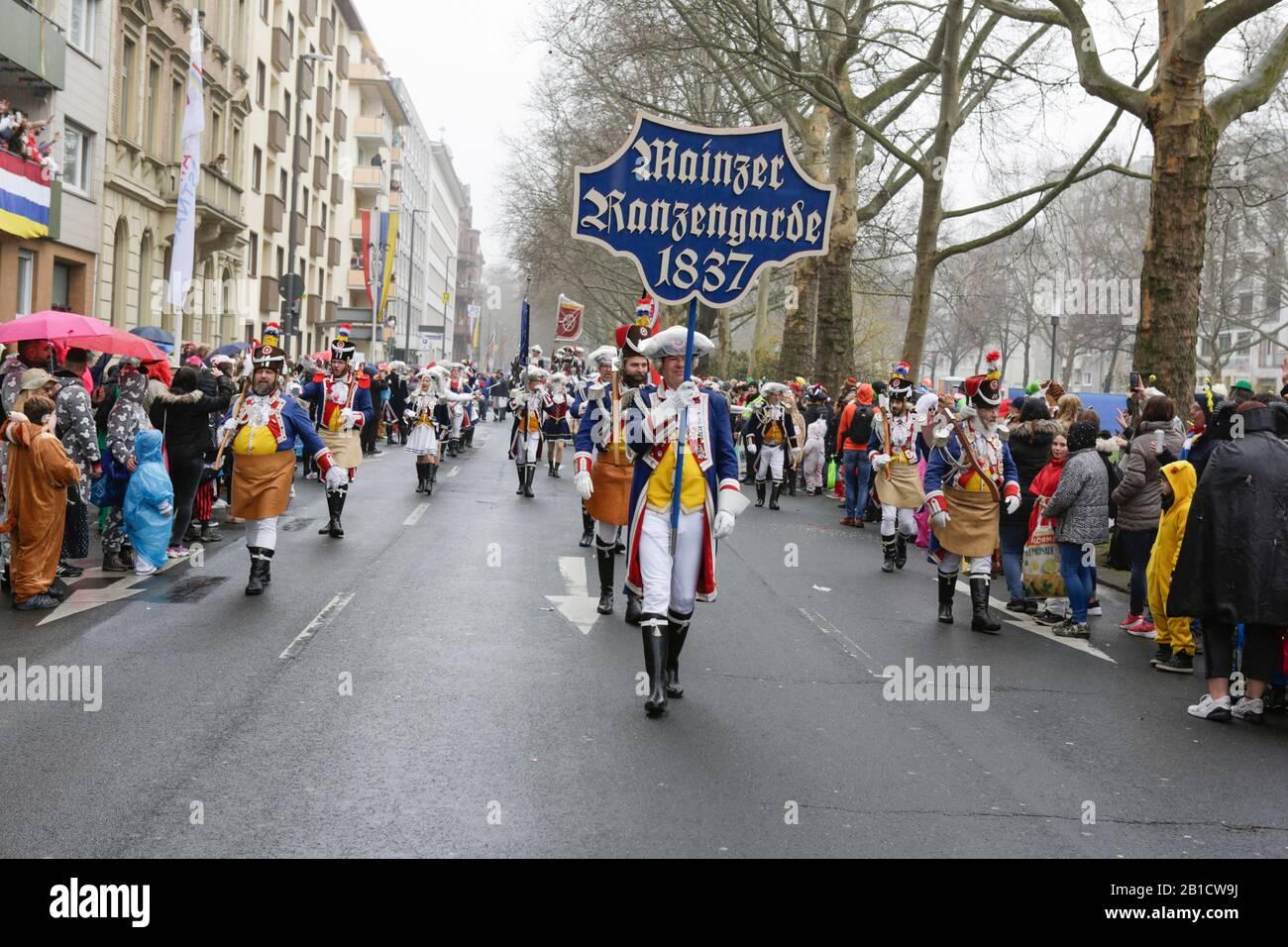 Magonza, Germania. 24th febbraio 2020. I membri del Mainzer Ranzengarde prendono parte alla sfilata del lunedì delle Rose di Mainz. Circa mezzo milione di persone hanno fiancheggiato le strade di Magonza per la tradizionale sfilata del Carnevale di Rose Monday. La lunga sfilata di 9 km con oltre 9.000 partecipanti è una delle tre grandi Sfilate del lunedì delle Rose in Germania. Foto Stock