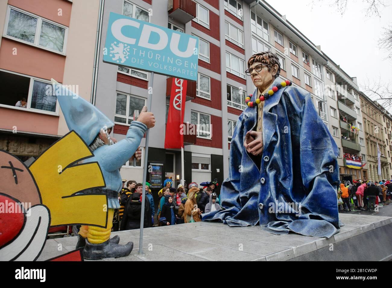 Magonza, Germania. 24th febbraio 2020. La presidente della Christian Democratic Union (CDU) e il ministro tedesco della Difesa Annegelt Kramp-Karrenbauer è raffigurato su un galleggiante nella sfilata di lunedì delle rose di Mainz. Indossa un abito oversize della cancelliera tedesca Angela Merkel e nana con un segno DI STOP e un segno che legge 'CDU Turingia' davanti a lei, lodando la sua non essere in grado di riempire le scarpe di Angela Merkel, soprattutto dopo il recente scandalo dopo le elezioni della Turingia. Circa mezzo milione di persone hanno fiancheggiato le strade di Magonza per la tradizionale sfilata del Carnevale di Rose Monday. La sfilata lunga 9 km Foto Stock