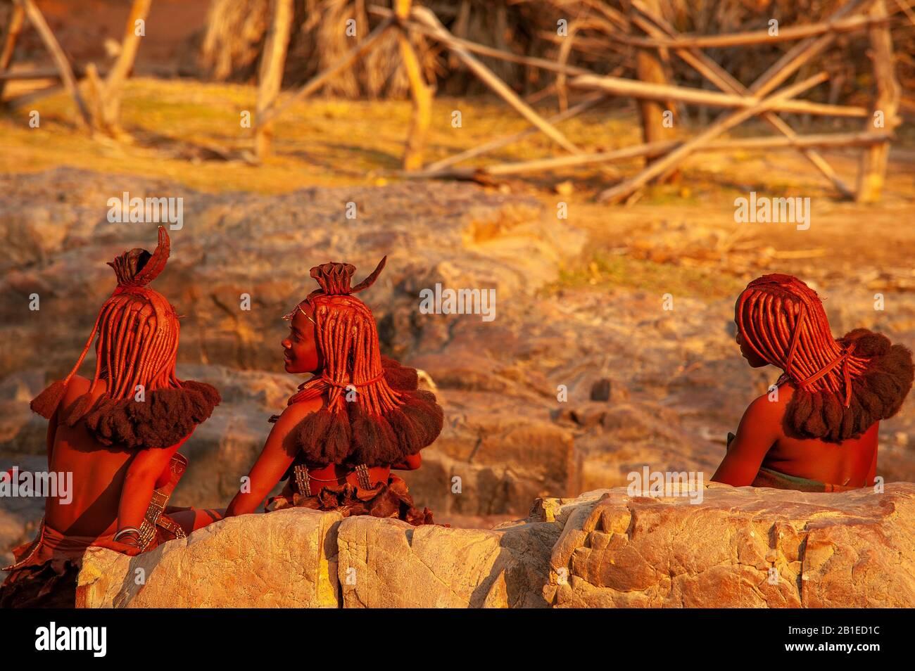 Donna Himba con acconciatura tradizionale alle cascate di Epupa, nella regione di Kunene, Namibia Foto Stock