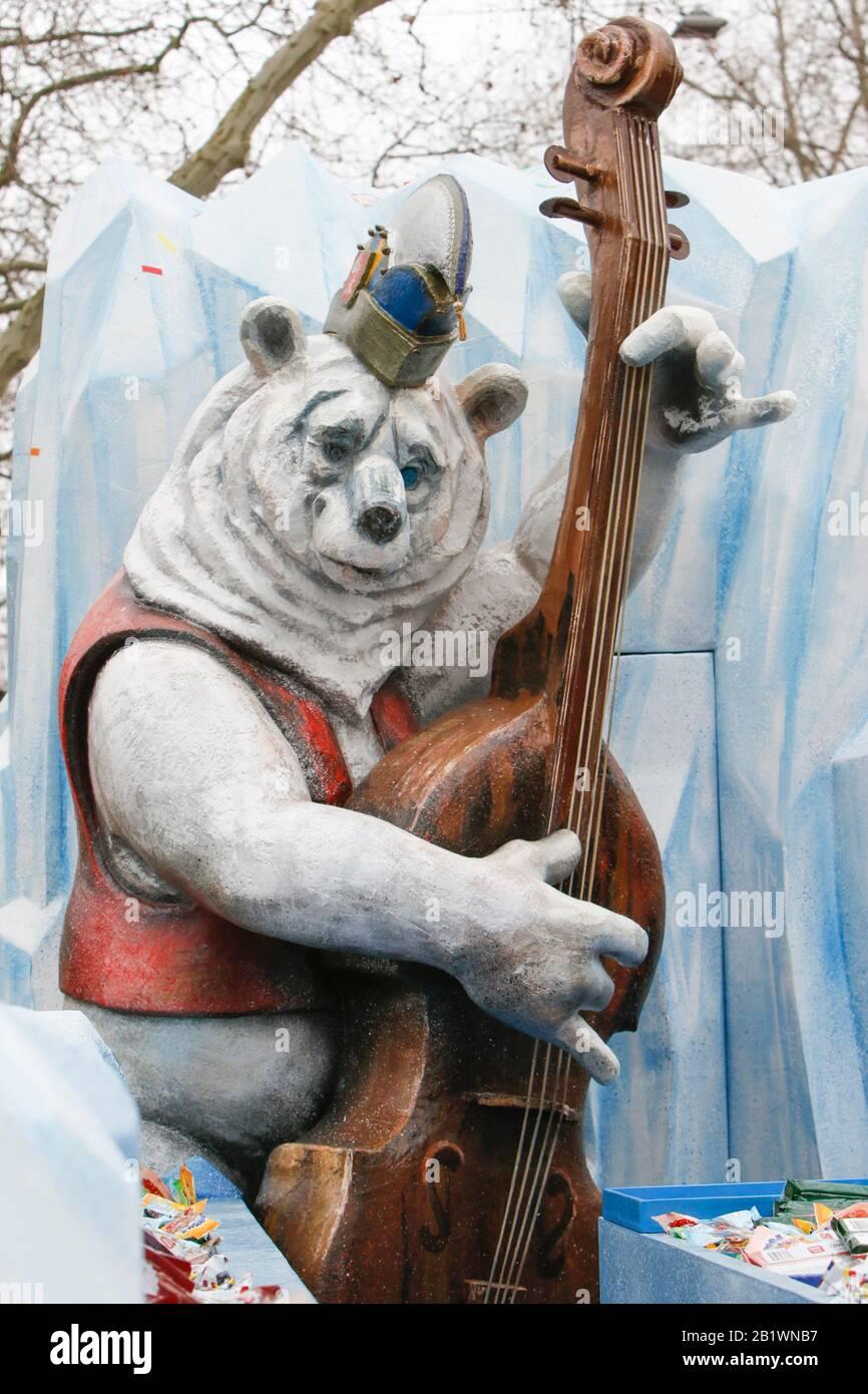 Magonza, Germania. 24th febbraio 2020. Un orso polare che suona il contrabbasso è raffigurato su un galleggiante dal club di carnevale Eiskalte Brueder Gonsenheim 1893 nella sfilata del lunedì delle rose di Mainz. Circa mezzo milione di persone hanno fiancheggiato le strade di Magonza per la tradizionale sfilata del Carnevale di Rose Monday. La lunga sfilata di 9 km con oltre 9.000 partecipanti è una delle tre grandi Sfilate del lunedì delle Rose in Germania. Foto Stock