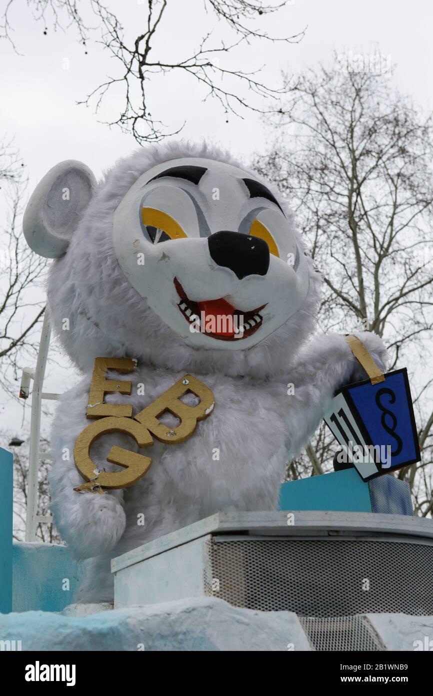Magonza, Germania. 24th febbraio 2020. Un piccolo orso polare è raffigurato su un galleggiante dal club di carnevale Eiskalte Brueder Gonsenheim 1893 nella sfilata del lunedì delle rose di Mainz. Circa mezzo milione di persone hanno fiancheggiato le strade di Magonza per la tradizionale sfilata del Carnevale di Rose Monday. La lunga sfilata di 9 km con oltre 9.000 partecipanti è una delle tre grandi Sfilate del lunedì delle Rose in Germania. Foto Stock