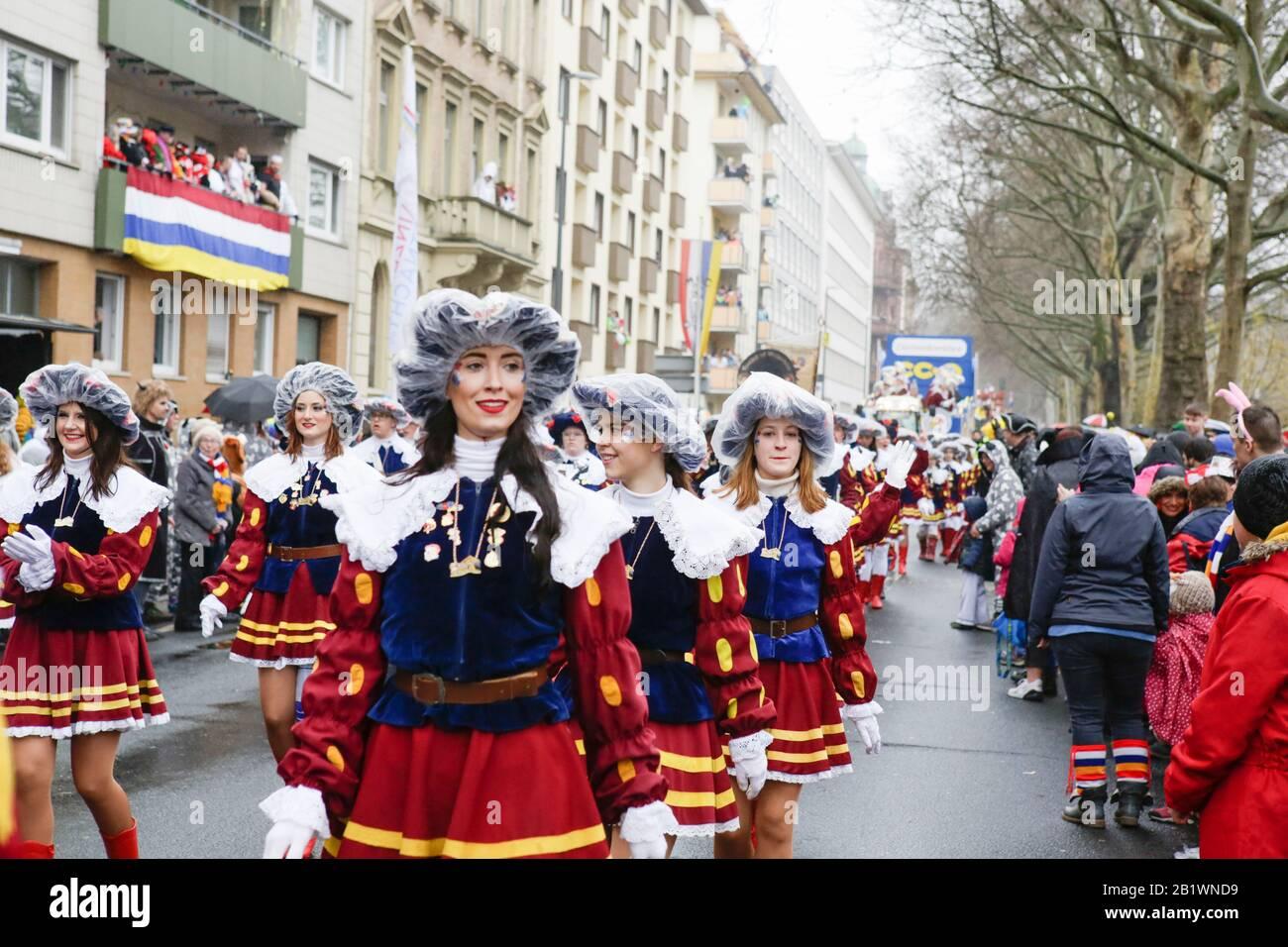 Magonza, Germania. 24th febbraio 2020. I membri del Carneval Club Weisenau Burggrafengarde marzo nella sfilata del lunedì delle Rose di Mainz. Circa mezzo milione di persone hanno fiancheggiato le strade di Magonza per la tradizionale sfilata del Carnevale di Rose Monday. La lunga sfilata di 9 km con oltre 9.000 partecipanti è una delle tre grandi Sfilate del lunedì delle Rose in Germania. Foto Stock