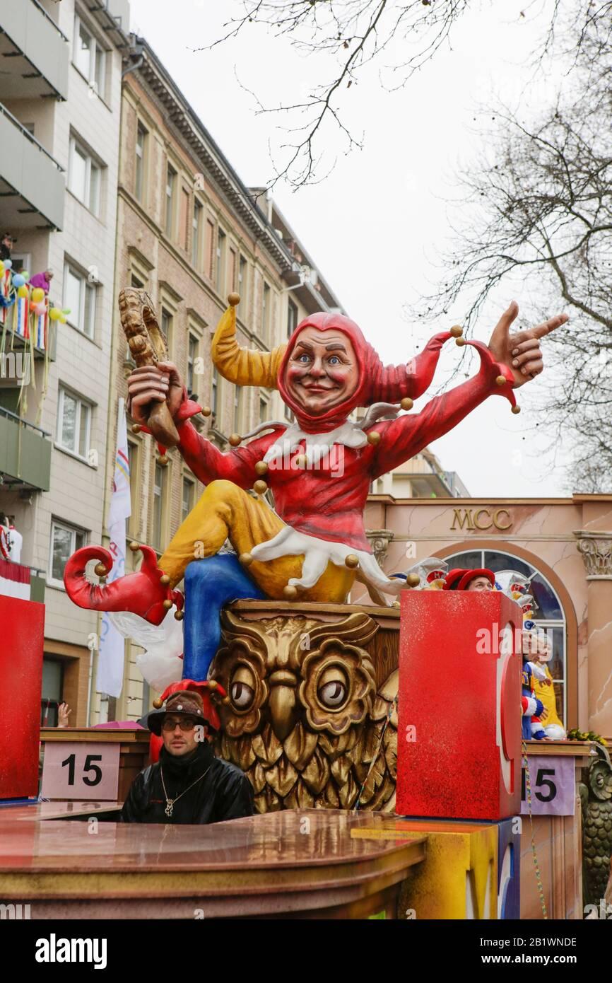 Magonza, Germania. 24th febbraio 2020. Una figura di jester siede su un galleggiante dal randello di Carneval di Mainzer nella parata di lunedì della Rosa di Mainz. Circa mezzo milione di persone hanno fiancheggiato le strade di Magonza per la tradizionale sfilata del Carnevale di Rose Monday. La lunga sfilata di 9 km con oltre 9.000 partecipanti è una delle tre grandi Sfilate del lunedì delle Rose in Germania. Foto Stock