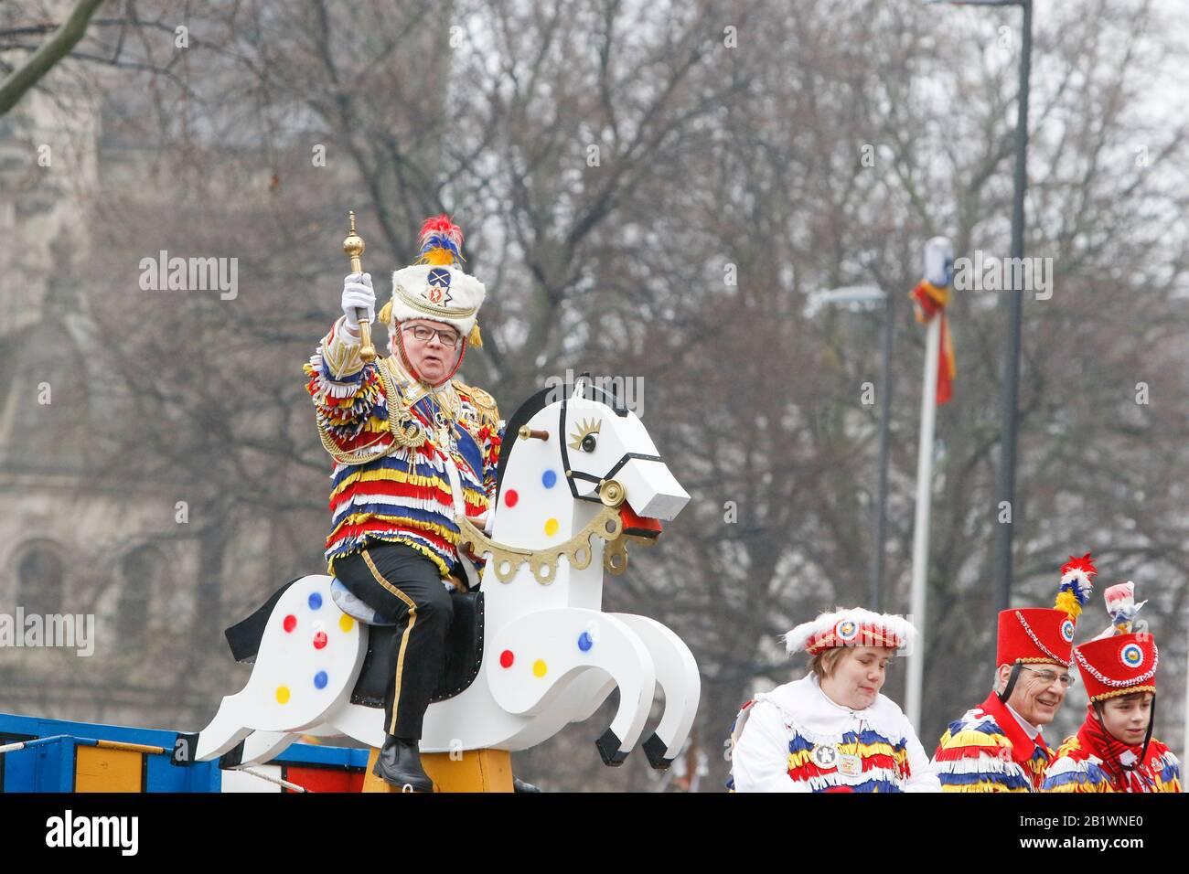 Magonza, Germania. 24th febbraio 2020. Un membro del Mainzer Kleppergarde passeggiate su un cavallo di legno nella sfilata di Magonza Rose Lunedi. Circa mezzo milione di persone hanno fiancheggiato le strade di Magonza per la tradizionale sfilata del Carnevale di Rose Monday. La lunga sfilata di 9 km con oltre 9.000 partecipanti è una delle tre grandi Sfilate del lunedì delle Rose in Germania. Foto Stock