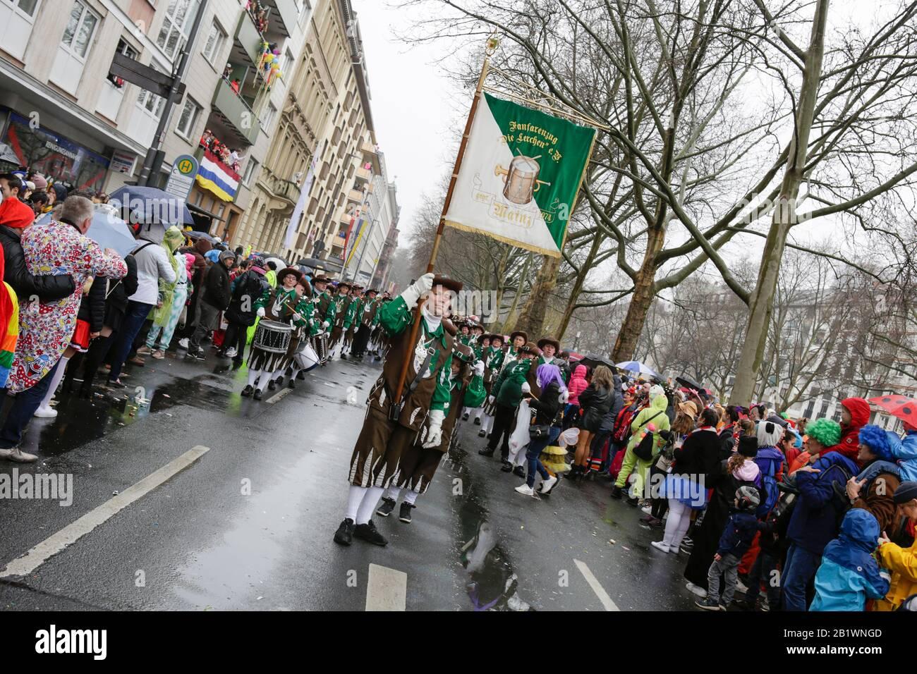 Magonza, Germania. 24th febbraio 2020. I membri del gruppo fanfare Fanfarenzug Die Lerchen Mainz marzo nella sfilata di lunedì delle rose di Mainz. Circa mezzo milione di persone hanno fiancheggiato le strade di Magonza per la tradizionale sfilata del Carnevale di Rose Monday. La lunga sfilata di 9 km con oltre 9.000 partecipanti è una delle tre grandi Sfilate del lunedì delle Rose in Germania. Foto Stock