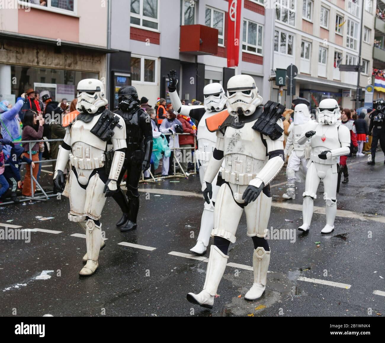 Magonza, Germania. 24th febbraio 2020. Un gruppo in Star Wars stormtroopers costumi marzo nella sfilata di Magonza Rose Lunedi. Circa mezzo milione di persone hanno fiancheggiato le strade di Magonza per la tradizionale sfilata del Carnevale di Rose Monday. La lunga sfilata di 9 km con oltre 9.000 partecipanti è una delle tre grandi Sfilate del lunedì delle Rose in Germania. Foto Stock