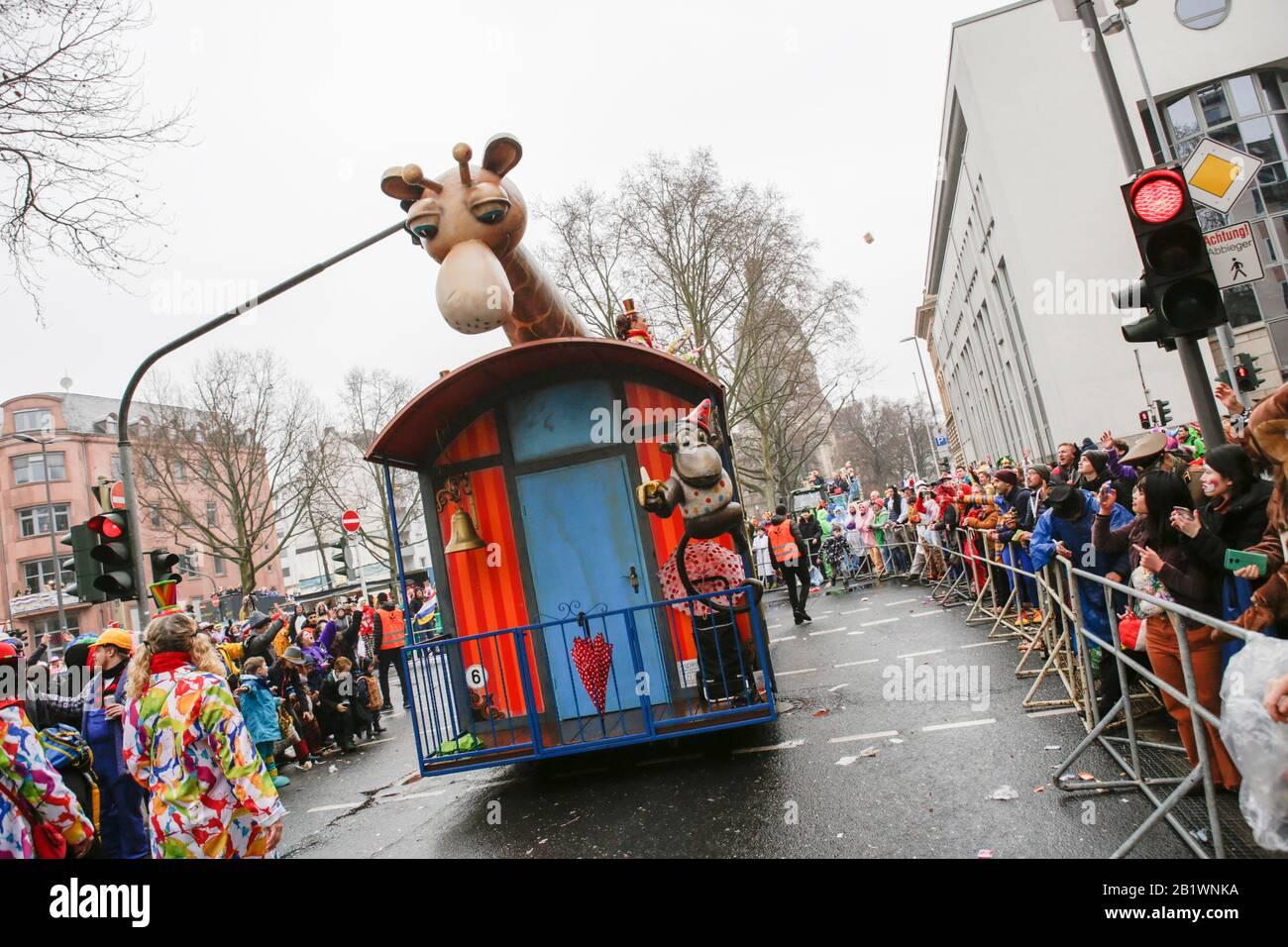 Magonza, Germania. 24th febbraio 2020. Una giraffa e una scimmia sono esposti su un galleggiante dal Carneval Club Mombach Die Eulenspiegel nella sfilata di Magonza Rose Lunedi. Circa mezzo milione di persone hanno fiancheggiato le strade di Magonza per la tradizionale sfilata del Carnevale di Rose Monday. La lunga sfilata di 9 km con oltre 9.000 partecipanti è una delle tre grandi Sfilate del lunedì delle Rose in Germania. Foto Stock