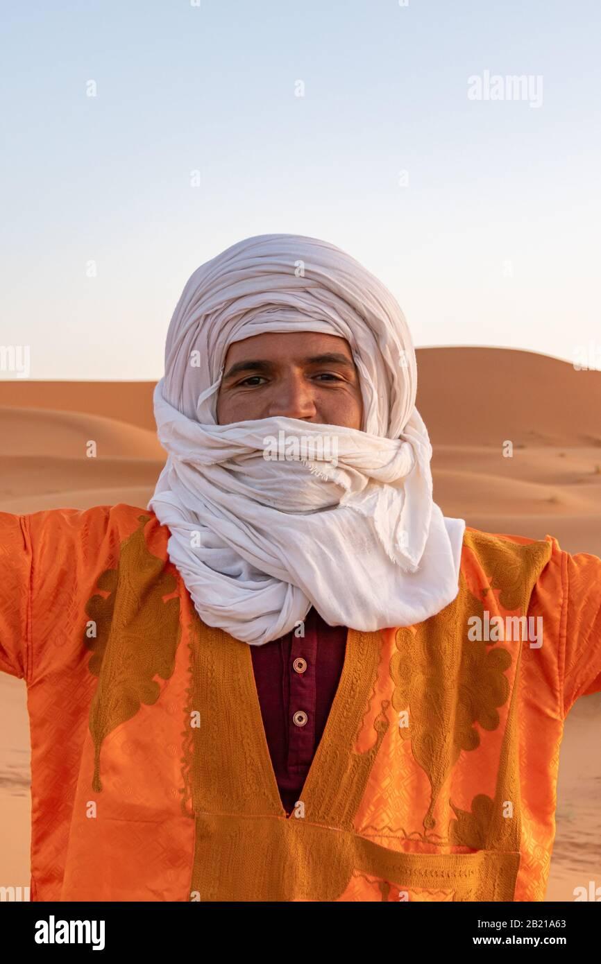 Uomo con turbante bianco e arancio urlante Foto Stock