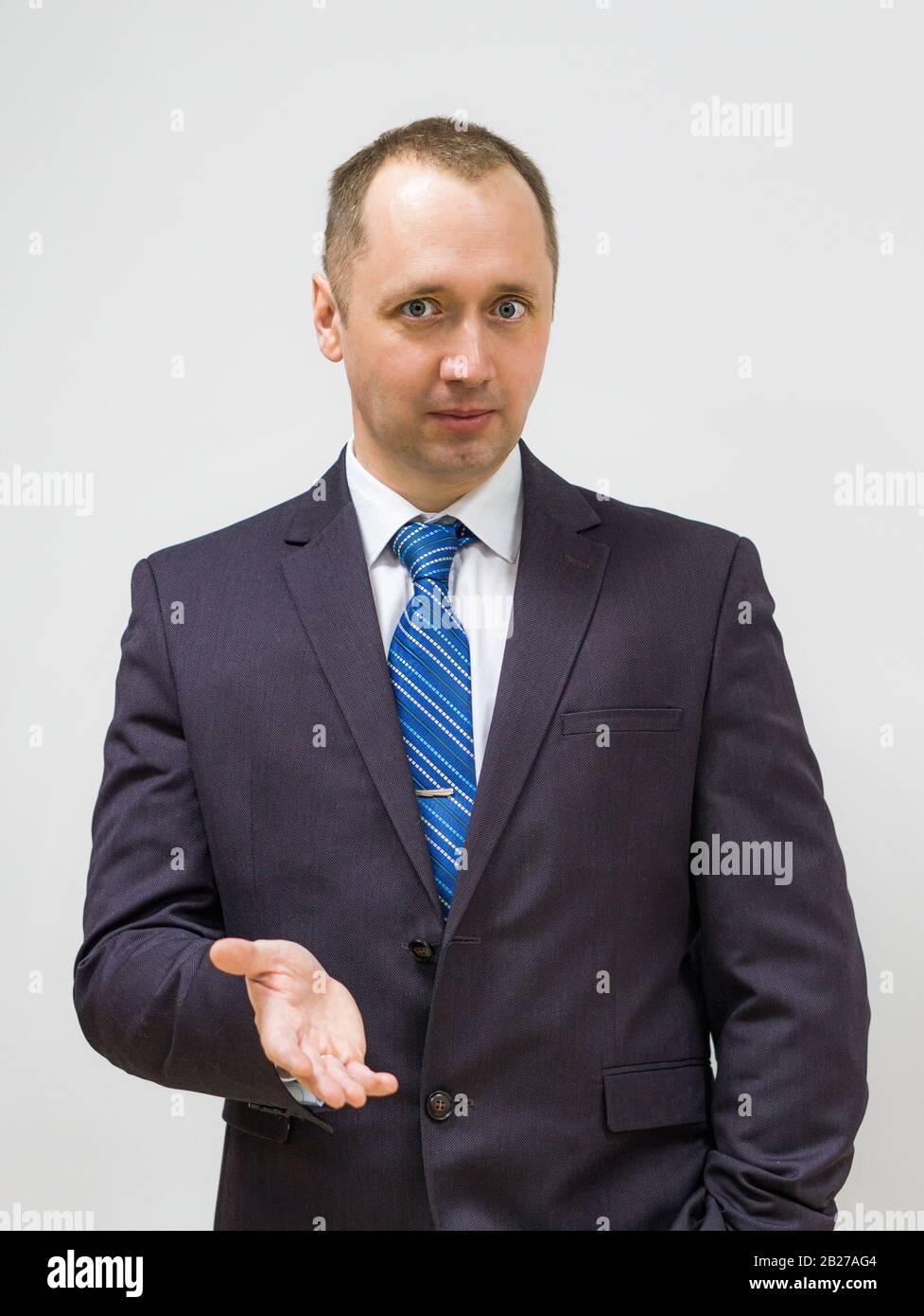 ritratto di un uomo d'affari sicuro, risoluto e di successo con un vestito grigio e cravatta blu Foto Stock