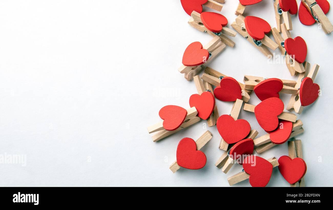 Clip in legno con cuore rosso. Sfondo bianco con spazio di copia. Forniture Per Ufficio Foto Stock