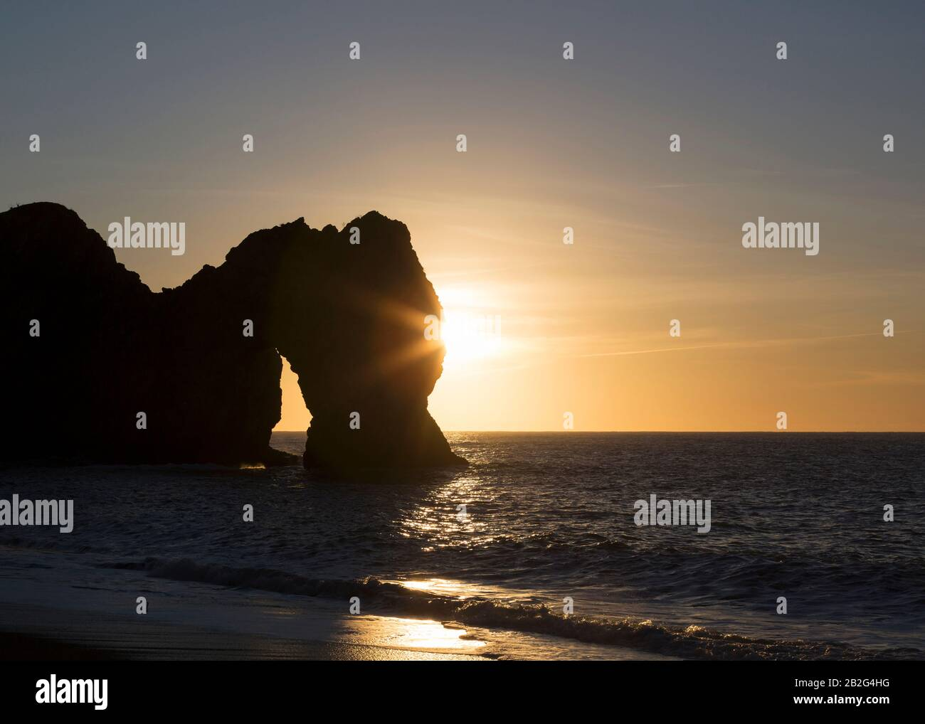 Alba sul mare, Durdle Door, Jurassic Coast, Dorset, Inghilterra, Regno Unito Foto Stock