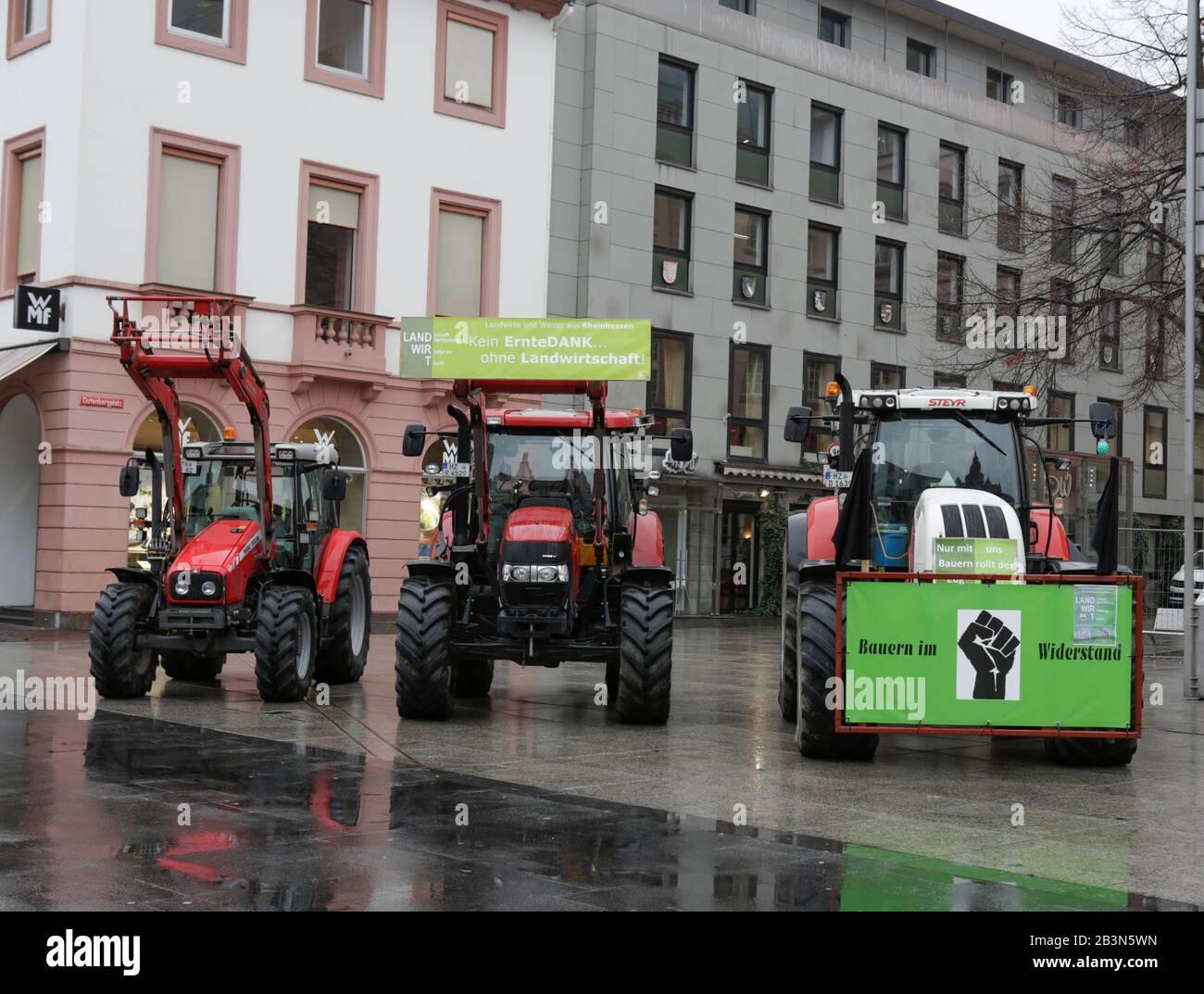 Magonza, Germania. 5th marzo 2020. I trattori sono parcheggiati nel centro di Mainz. Poche centinaia di agricoltori con il loro trattore protestò nel centro di Mainz contro le nuove normative sui fertilizzanti e per un migliore riconoscimento del loro lavoro. Foto Stock