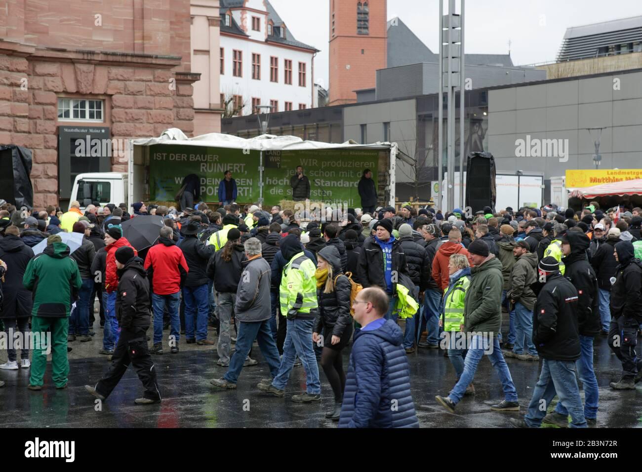 Magonza, Germania. 5th marzo 2020. Gli agricoltori si sono riuniti nel centro della città per il rally. Poche centinaia di agricoltori con il loro trattore protestò nel centro di Mainz contro le nuove normative sui fertilizzanti e per un migliore riconoscimento del loro lavoro. Foto Stock