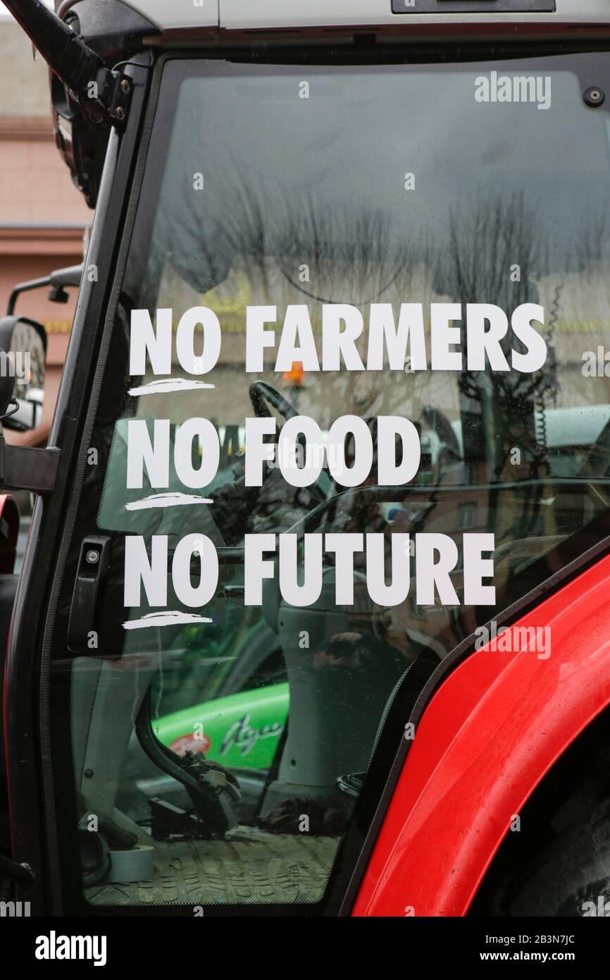 """Magonza, Germania. 5th marzo 2020. Un agricoltore ha scritto """"No Farmers No Food No Future"""" sul suo trattore. Poche centinaia di agricoltori con il loro trattore protestò nel centro di Mainz contro le nuove normative sui fertilizzanti e per un migliore riconoscimento del loro lavoro. Foto Stock"""