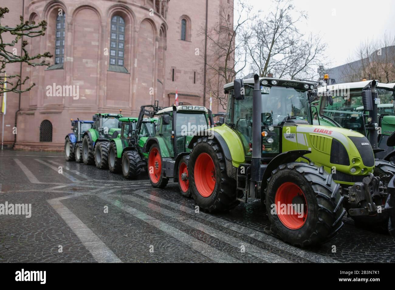 Magonza, Germania. 5th marzo 2020. I trattori sono parcheggiati nel centro di Magonza di fronte alla cattedrale. Poche centinaia di agricoltori con il loro trattore protestò nel centro di Mainz contro le nuove normative sui fertilizzanti e per un migliore riconoscimento del loro lavoro. Foto Stock