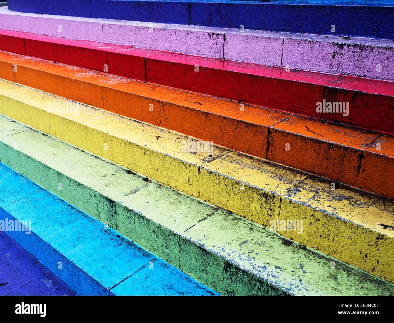 Rainbow dipinse passi al Bon Accord Centre a Flourmill Lane e Upperkirkgate ad Aberdeen Scotland Foto Stock
