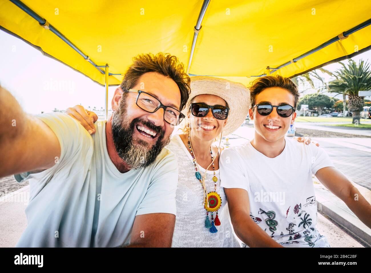 Concetto di famiglia di gente felice - figlio di madre e padre ridere molto e divertirsi insieme nell'attività di svago all'aperto - gruppo caucasico di amici di età e generazioni diverse Foto Stock