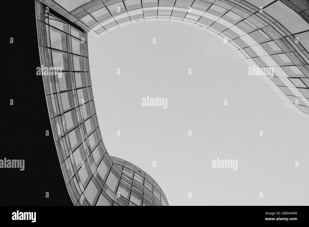 Vista ad angolo basso in plaza tra l'edificio di Kö-Bogen con forma a profilo libero da curvatura. Facciata esterna astratta in bianco e nero. Foto Stock