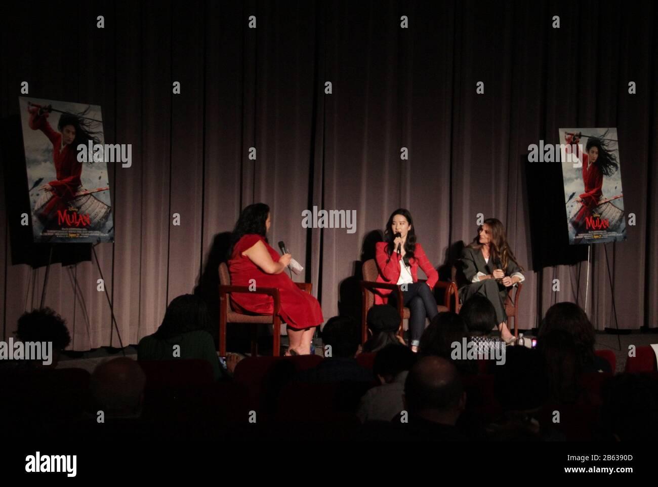 """Liu Yifei, Niki Caro 03/07/2020 """"Mulan"""" Special Screening tenuto presso il Directors Guild of America Theatre di Los Angeles, CA Photo di Izumi Hasegawa / HollywoodNewsWire.net Foto Stock"""