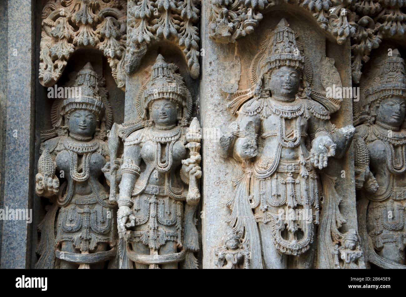 Idoli scolpiti sul Tempio Chennakesava, è un tempio indù Vaishnava, Somanathapura, Karnataka, India Foto Stock