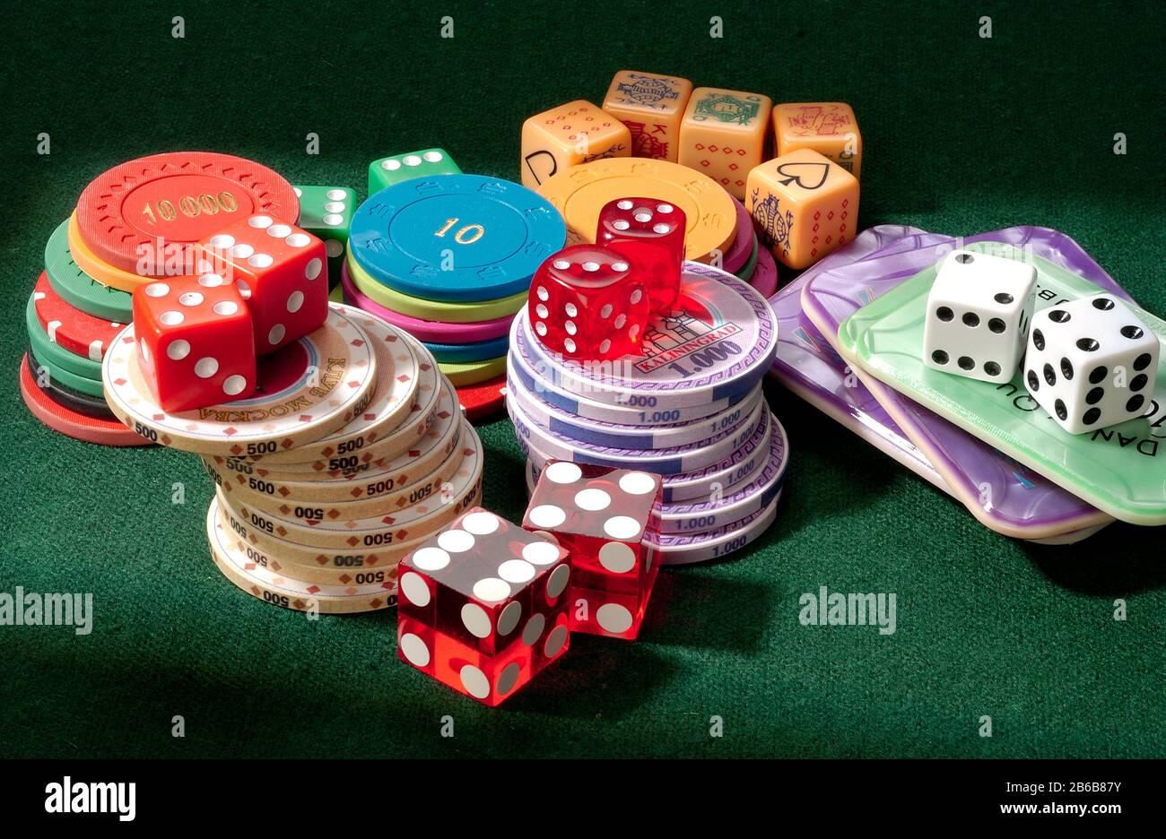 Una raccolta di fiches, contatori, dadi e dadi da poker. Rischio e ricompensa. Foto Stock