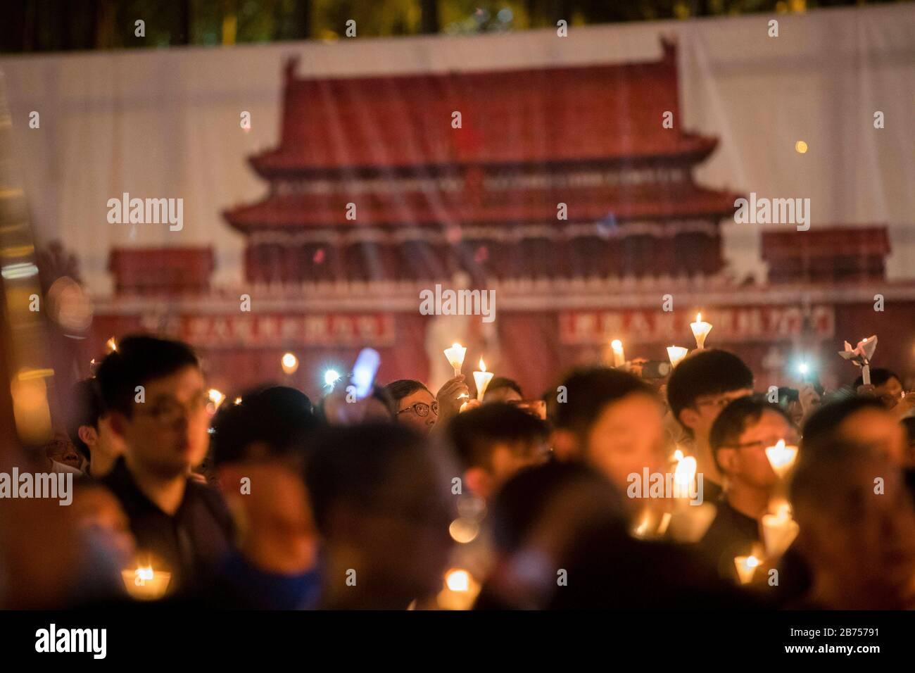 I partecipanti partecipano alla veglia annuale a lume di candela che commemorava il 30° anniversario del massacro di Piazza Tiananmen del 1989 a Victoria Park A Hong Kong, Cina, 4 giugno 2019. Foto Stock