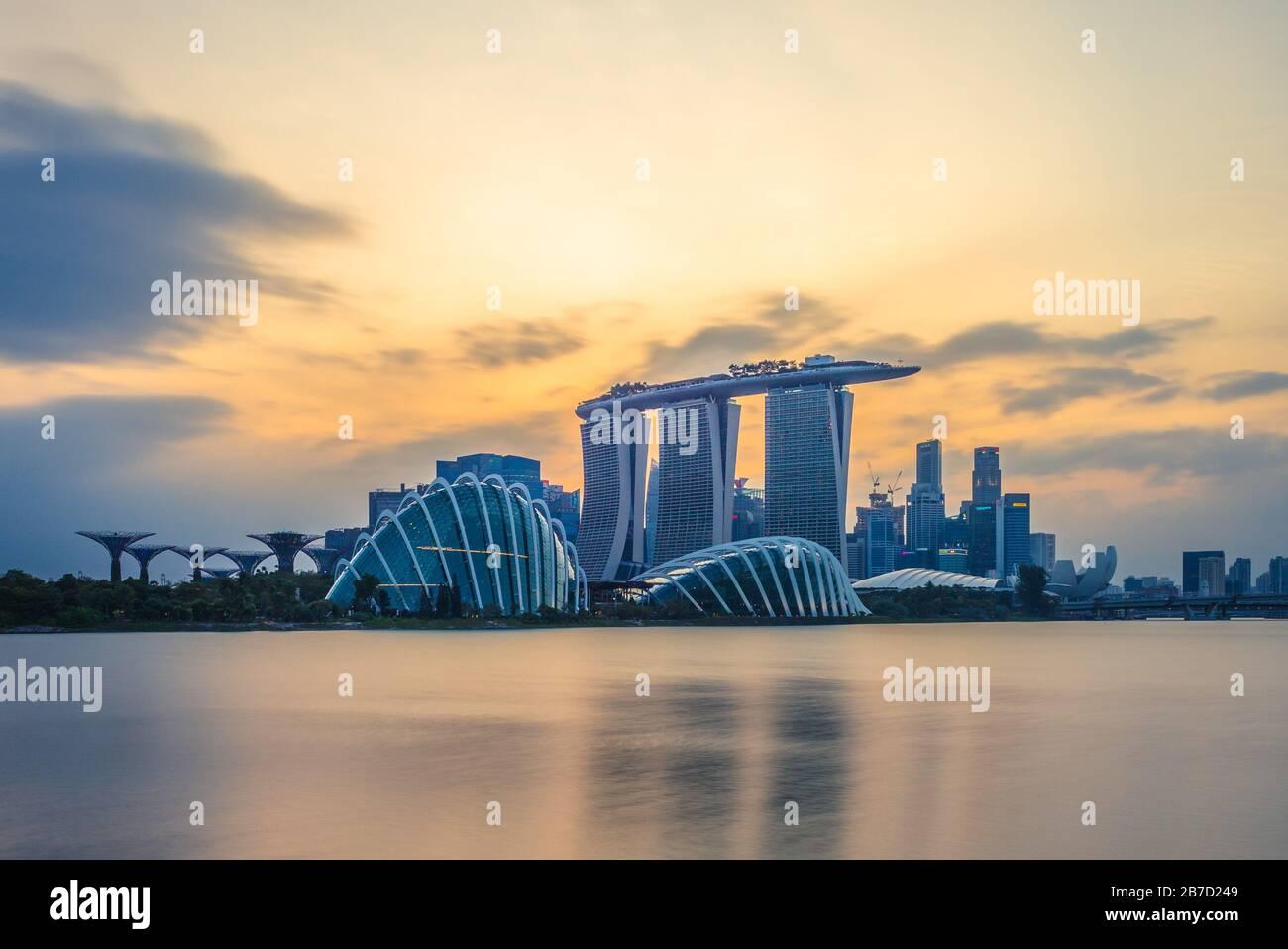 Singapore - 4 febbraio 2020: Skyline di singapore nella baia del porto turistico con un edificio iconico come superalbero, sabbia della baia marina, museo artscience. Foto Stock