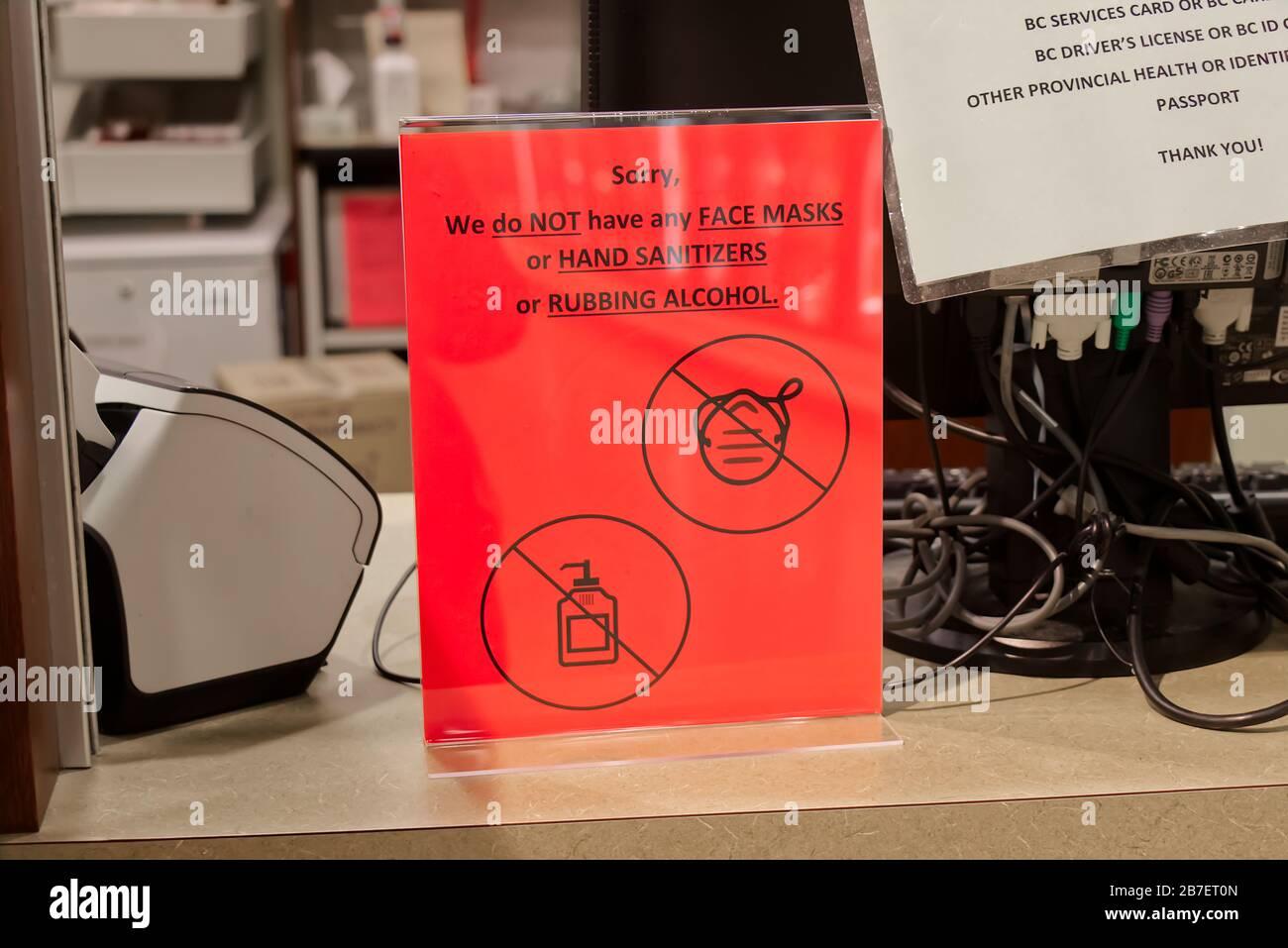 Vancouver, Canada - Marzo 15,2020: Vista del segno rosso presso la farmacia locale 'non abbiamo maschere facciali o disinfettanti per le mani o alcol per sfregamento' Foto Stock