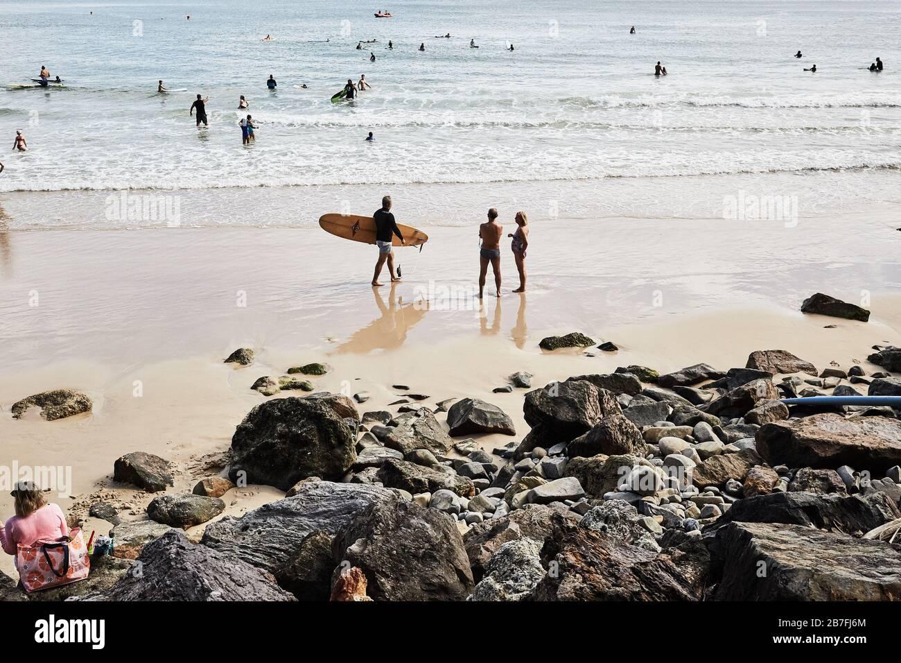 Folla di persone che godono di prendere il sole, surf e la vita a Noosa Main Beach, Queensland, Australia Foto Stock