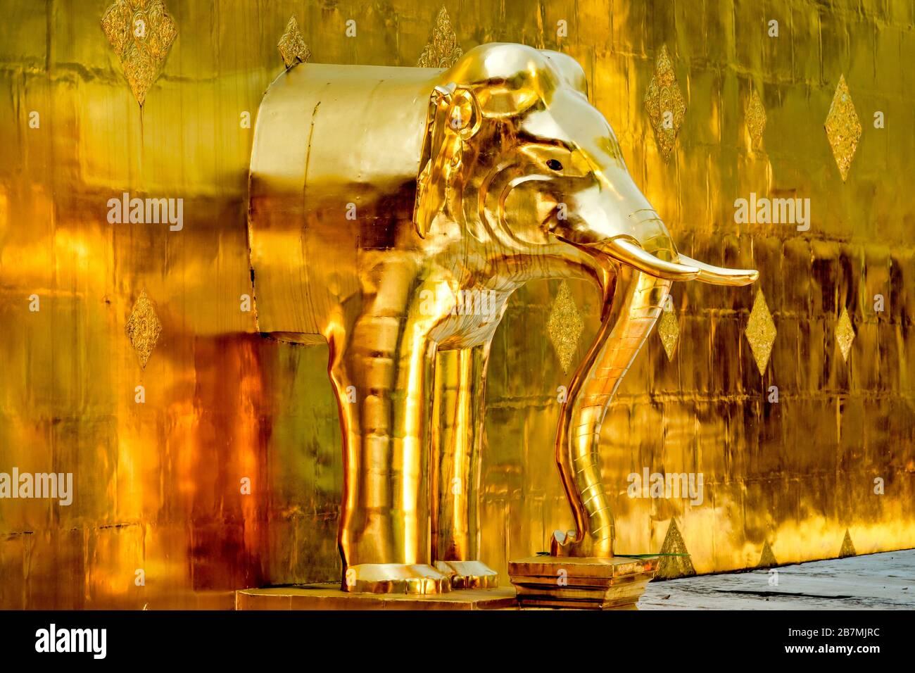 Dettaglio del chedi d'oro su Wat Phra Singh, Chiang mai, Thailandia Foto Stock