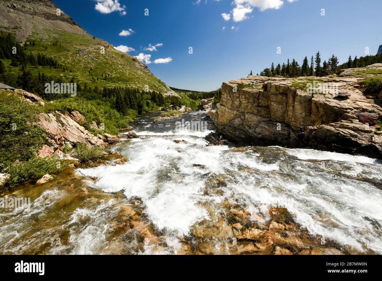 Un fiume glaciale che scorre velocemente, che scorre sulle rocce verso la macchina fotografica nelle montagne del Colorado Foto Stock