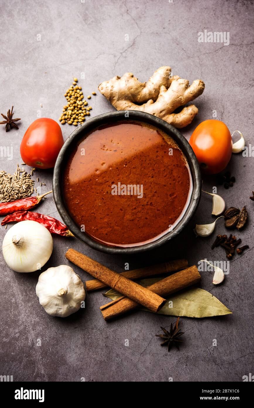 Curry o masala piccante di base dell'India del Nord per verdure o pollo o ricetta di mutone mostrati con ingredienti, serviti in un recipiente. Fuoco selettivo Foto Stock