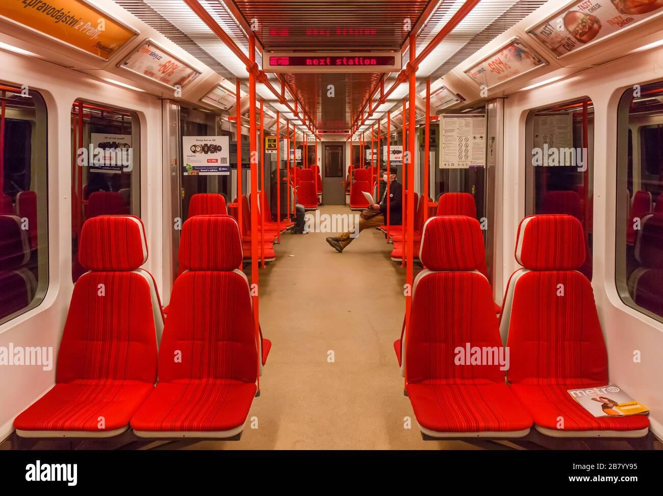 PRAGA-Marzo 18:treno vuoto della metropolitana di Praga durante l'ora di punta, l'impatto delle restrizioni di viaggio durante la pandemia di coronavirus il 18 marzo 2020 i Foto Stock