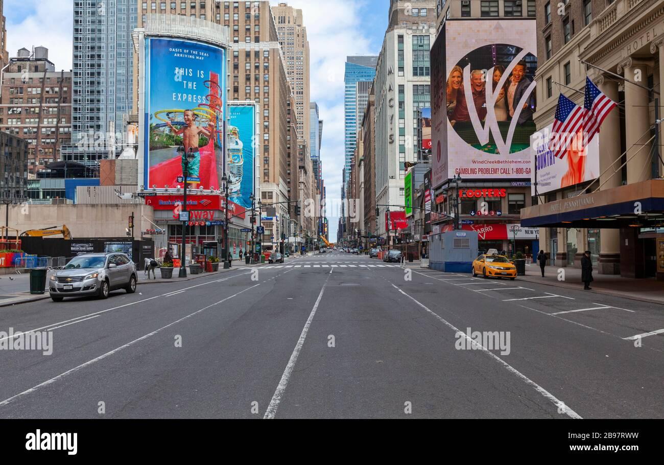 Poche automobili viaggiano sulle strade vuote di New York a causa del COVID-19, Coronavirus. Foto Stock