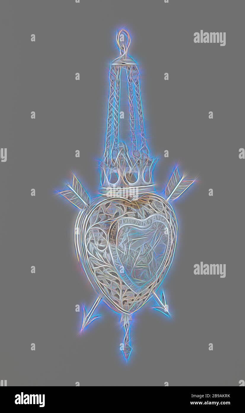 Cuore della sposa, cuore d'argento della sposa con frecce trafitto. Sopra una corona con una figura amorfa all'interno. Una coppia d'amore con un'iscrizione è incisa al centro. Dall'altro lato una rappresentazione allegorica del matrimonio con iscrizione, simbolismo del cuore profano, amore, coppia di amanti, anonimo, Friesland, 1625 - 1674, argento (metallo), h 11 cm h 21 cm × w 7.5 cm, Reimagined by Gibon, disegno di calda allegra luce incandescente di luminosità e di luce raggi radianza. Arte classica reinventata con un tocco moderno. Fotografia ispirata al futurismo, abbracciando l'energia dinamica della tecnologia moderna, moveme Foto Stock