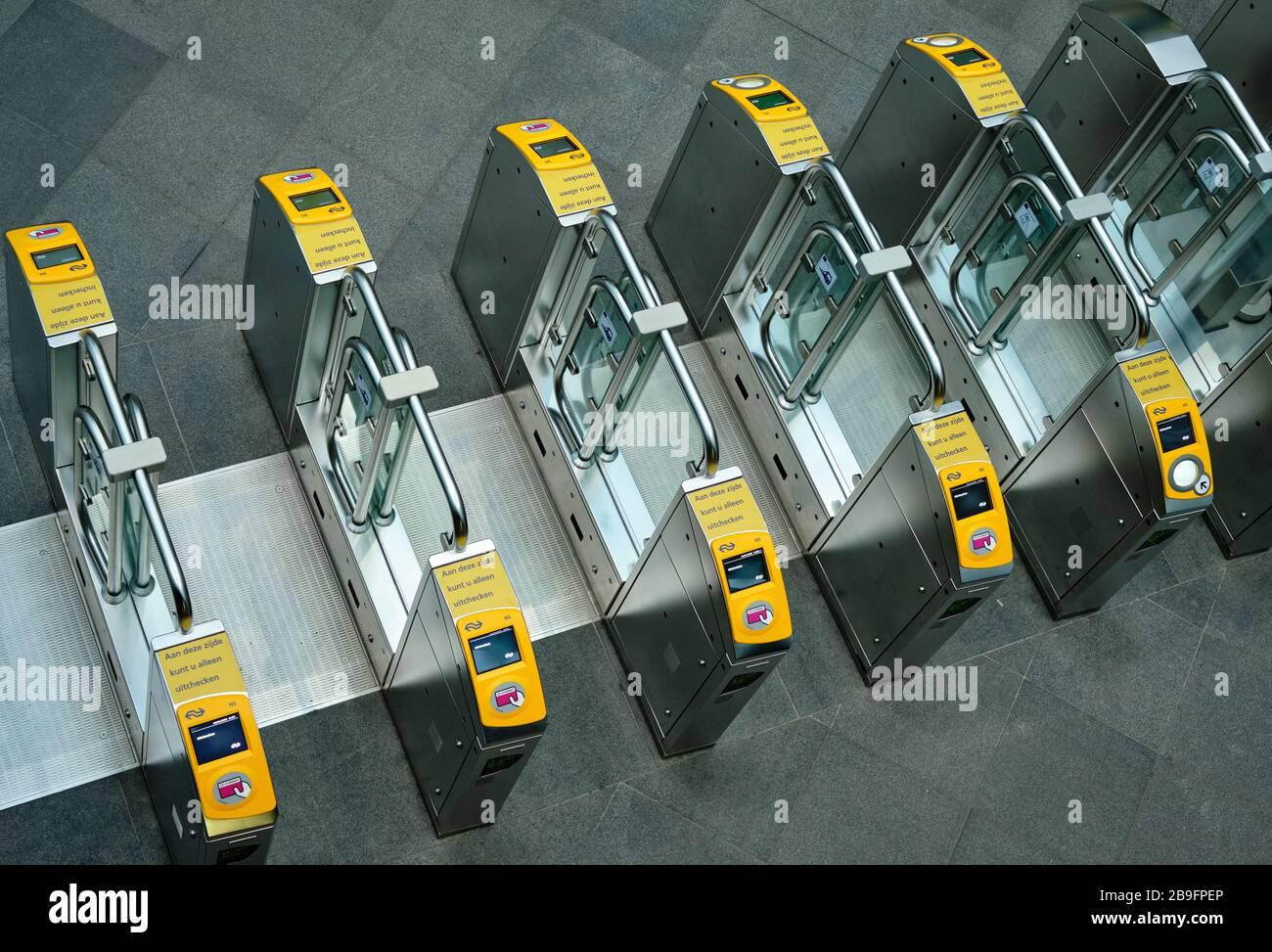 Accesso cancelli dove è possibile eseguire la scansione della carta per raggiungere i mezzi di trasporto pubblico. Foto Stock
