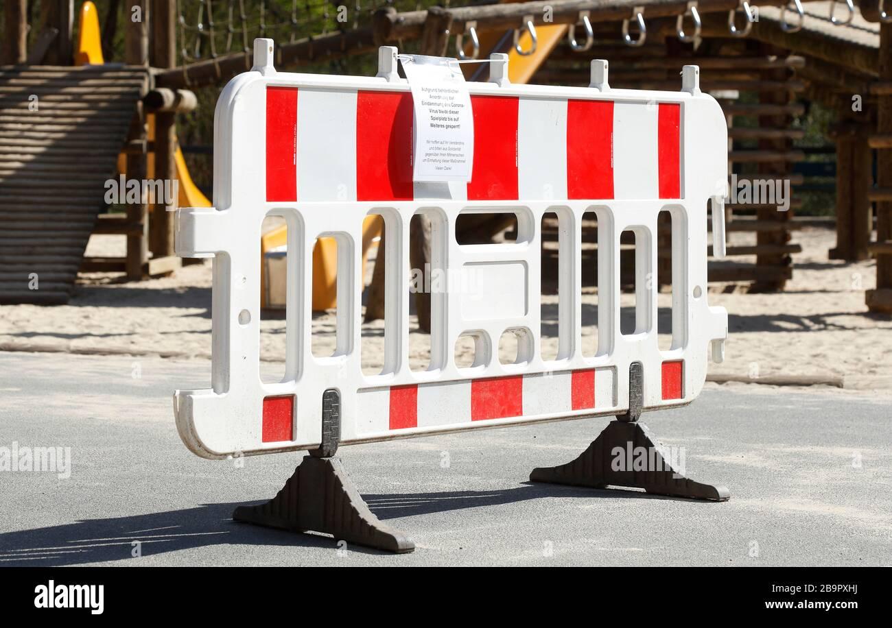 Parco giochi, barriera, segno di parco giochi chiuso a causa del virus corona, vietato di entrare, Germania, Europa Foto Stock