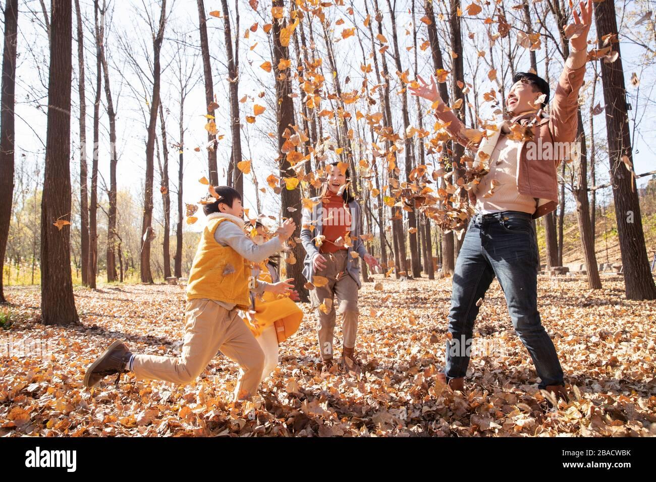 Famiglie felici giocare all'aperto Foto Stock