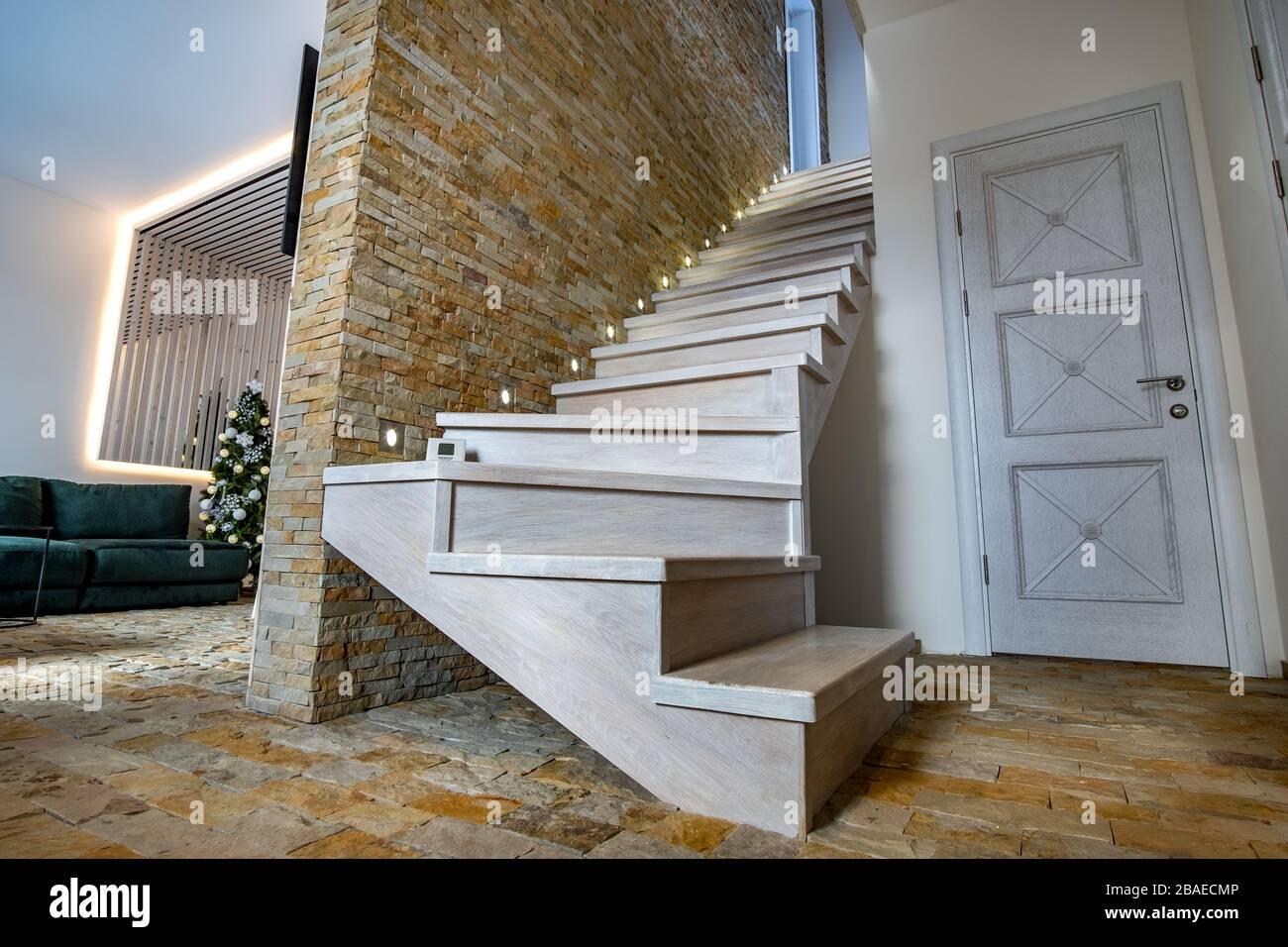 Scala Di Legno Decorativa elegante scala in legno contemporaneo all'interno della casa
