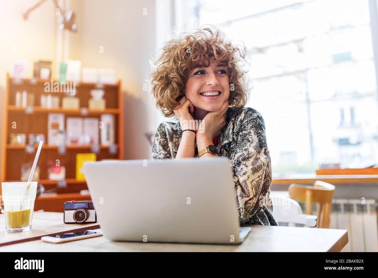 Ritratto di giovane donna seduta al cafe Foto Stock
